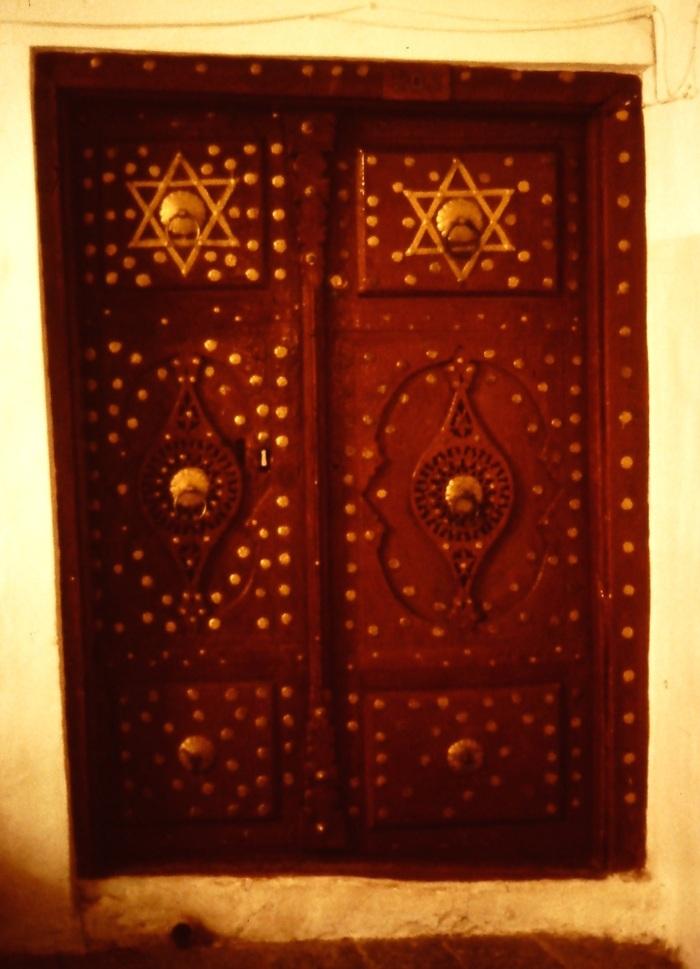Een prachtig beslagen deur in het al-Qasmi-hotel in oud Sana`a. Het is duidelijk tot welke godsdienst de vroegere eigenaars van dit pand behoorden.