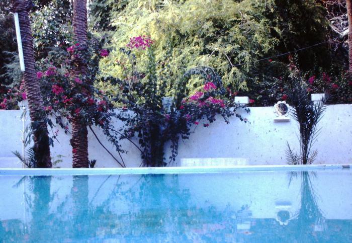 Een van de drie zwembaden bij het hotel in Tarim.