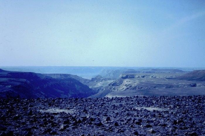 Alsof het een maanlandschap is: de Yool, de woestijn ten noorden van Tariem, boven op de tafelbergen.