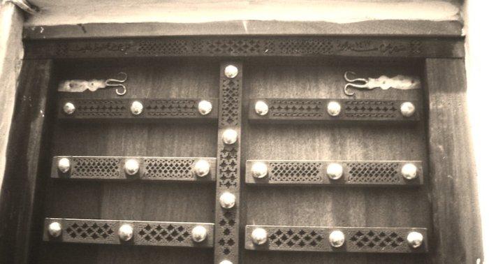 Nieuwe houten deur voor de  al-Ahgaaf-bibliotheek.