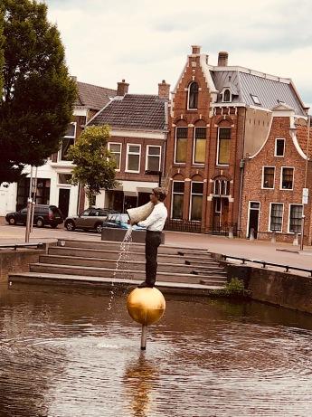 Hoogend, Sneek. Titel: Hoorn des Overvloeds. (Het beeld draait rond, met de klok mee.) Kunstenaar: Stephan Balkenhol.11fountains.