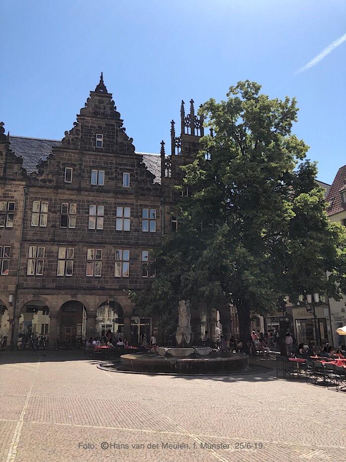 Lambertikirchplatz met Lambertusfontein, rechts de Salzstraße
