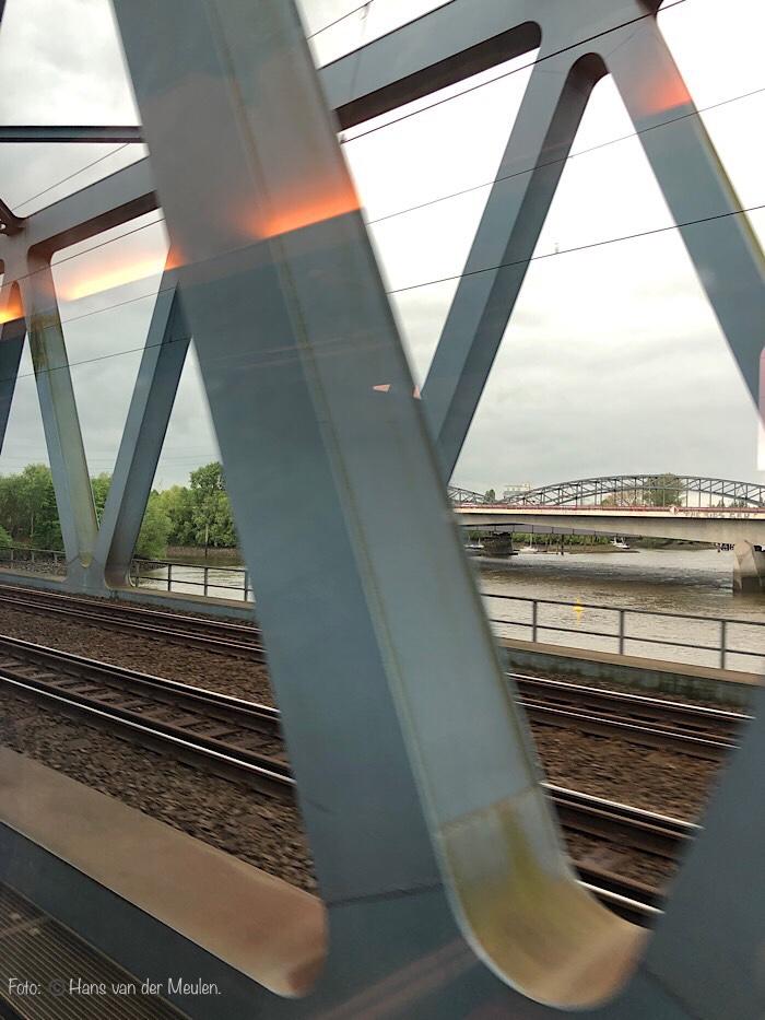 Hamburg Eisenbahnbrücke met Europabrücke op de achtergrond